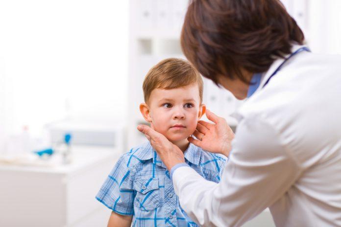 Badanie lekarskie w kierunku astmy u dziecka