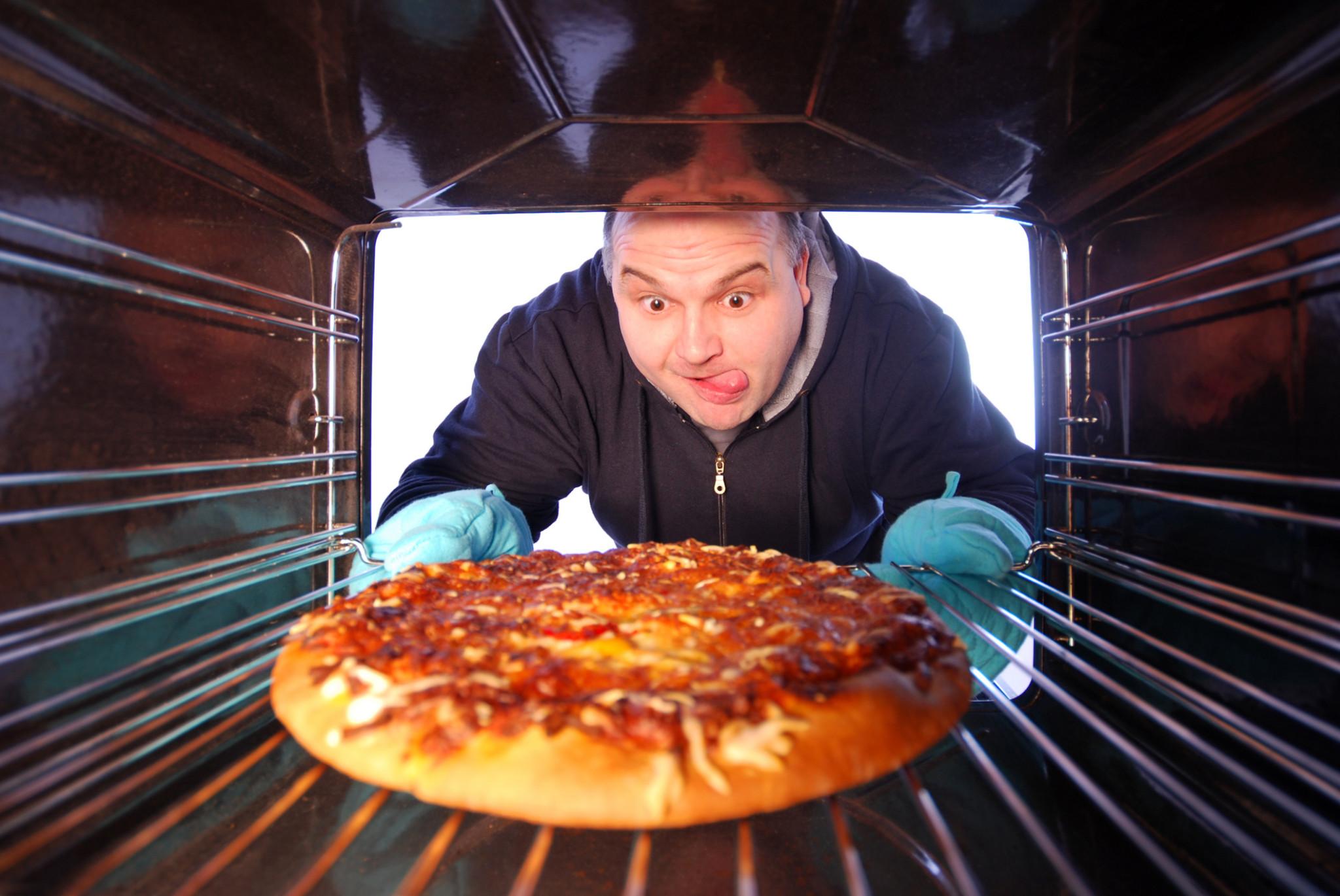 Mężczyzna z pizzą