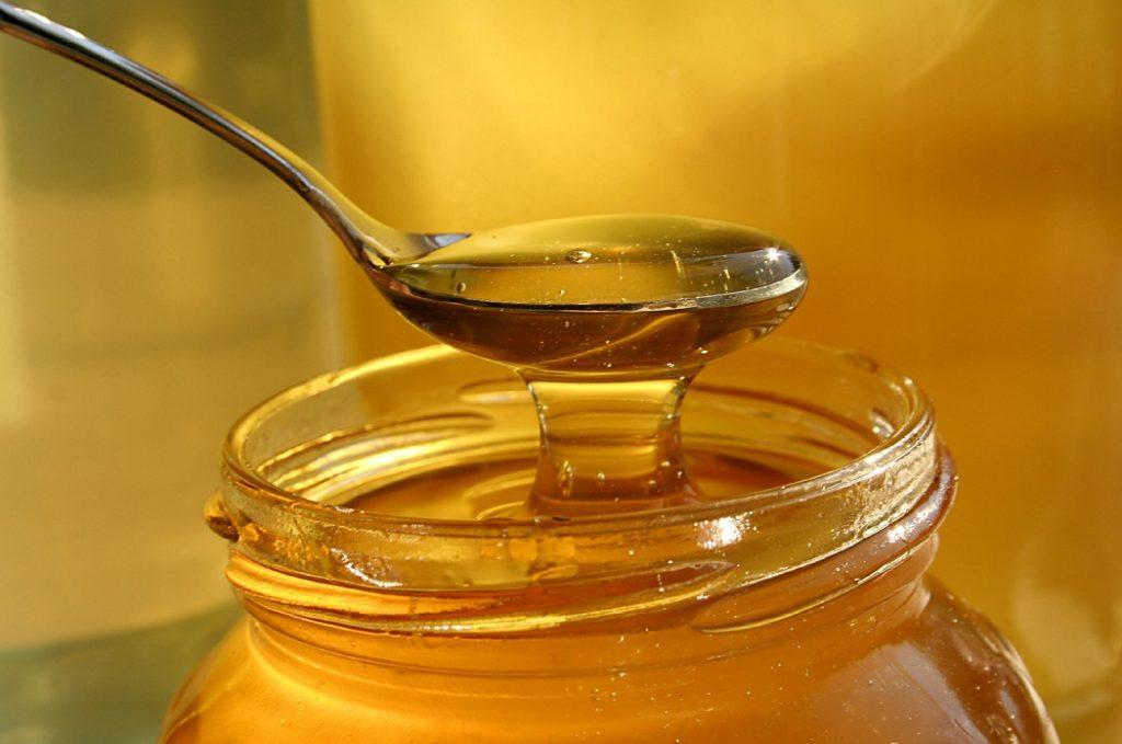 Co pomaga, a co szkodzi alergikom w miodach?