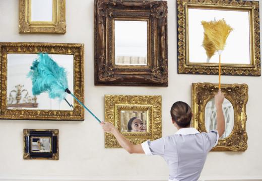 Porządki w salonie – czyścimy książki i obrazy