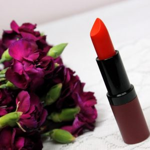 Marchewkowa czerwień to idealny odcień na lato. Wspaniale ożywia blada…