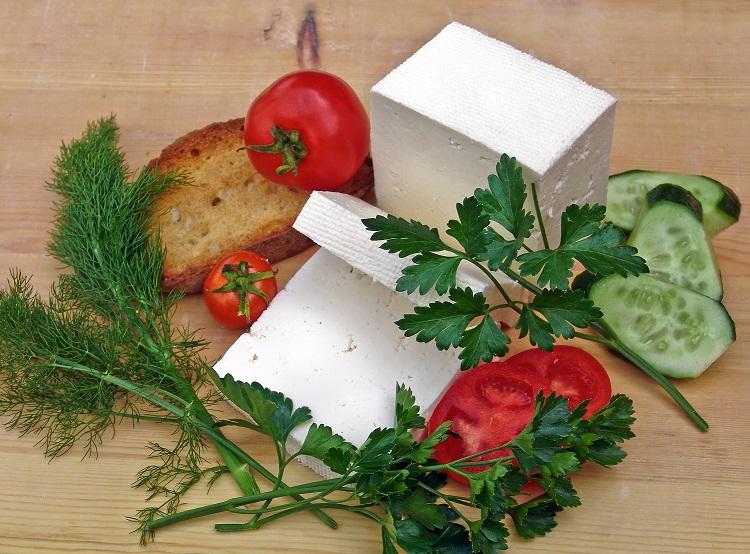 Ser czy wyrób seropodobny? Lepszy ucierany czy w kostce?