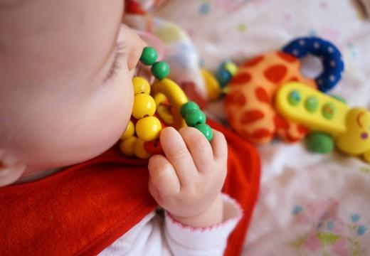 Ząbkowanie u dzieci – jak przynieść ulgę maluchowi?
