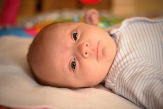 Jak rozpoznać niedosłuch u niemowląt?