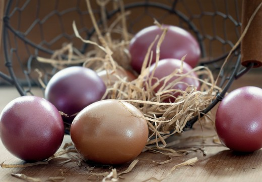 Naturalne sposoby farbowania jajek