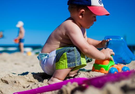 Dziecko na plaży – co powinien wiedzieć każdy rodzic?
