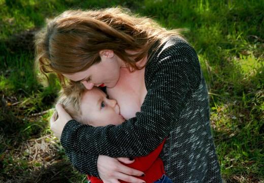 Karmienie piersią kontra mleko zastępcze – co jest lepsze dla dziecka?