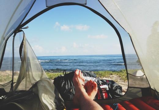 Alergia a wakacje pod namiotem – co zabrać ze sobą w apteczce?