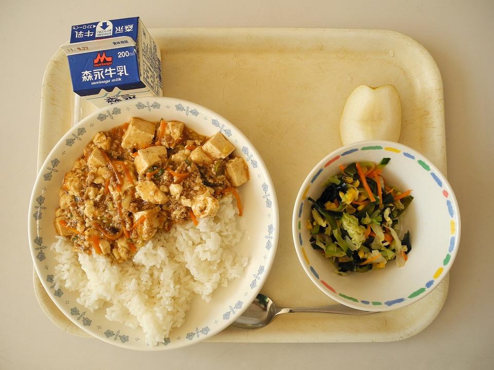 jedzenie w szkolnych stołówkach