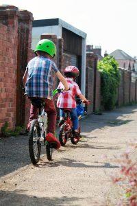 na rowerze w kasku