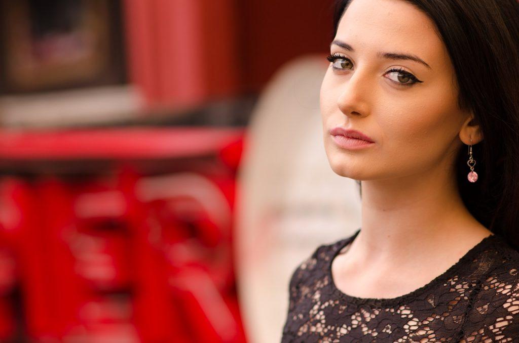 Romantyczny makijaż dla brunetki