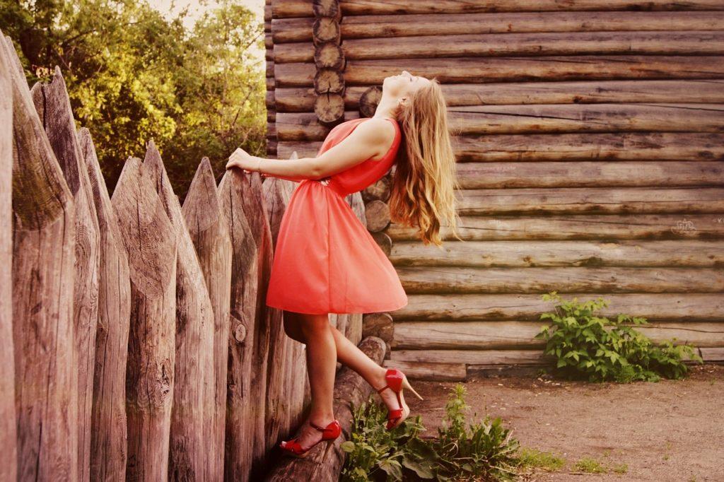 5 kolorów sukienek, które wprawią cię w wakacyjny nastrój