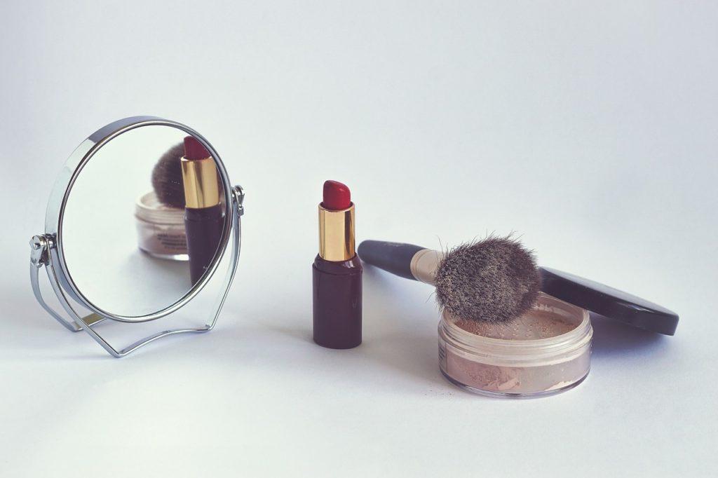 Jakie kosmetyki warto zabrać ze sobą w podróż
