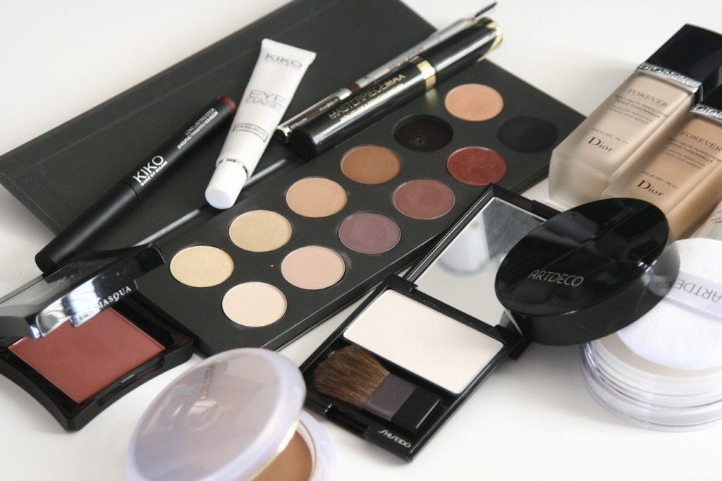 Dlaczego nie warto otwierać nowych kosmetyków