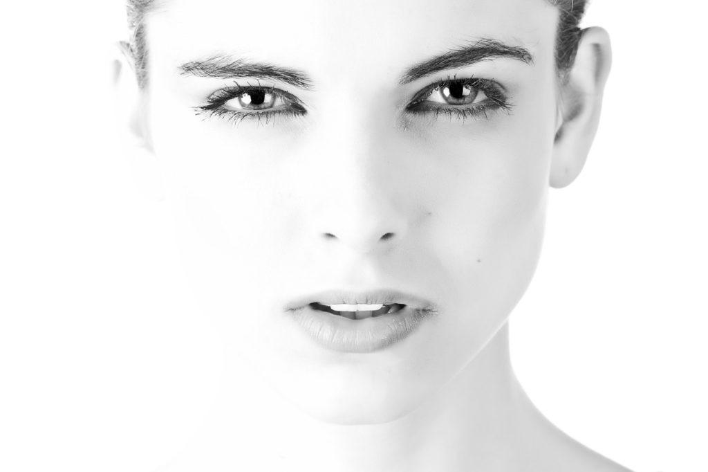 Szczoteczki soniczne cieszą się w ostatnim czasie dużą popularnością. Nic dziwnego, zapewniają bowiem dogłębne oczyszczenie twarzy i tym samym chronią cerę przed wysypem niedoskonałości, które odbierają jej urok. Ponadto zapewniają relaksujący masaż, który stymuluje syntezę kolagenu. Jak często korzystać ze szczoteczek sonicznych