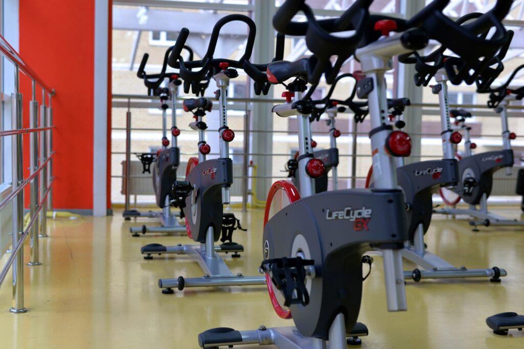 Proste ćwiczenia, które wykonasz sam na siłowni