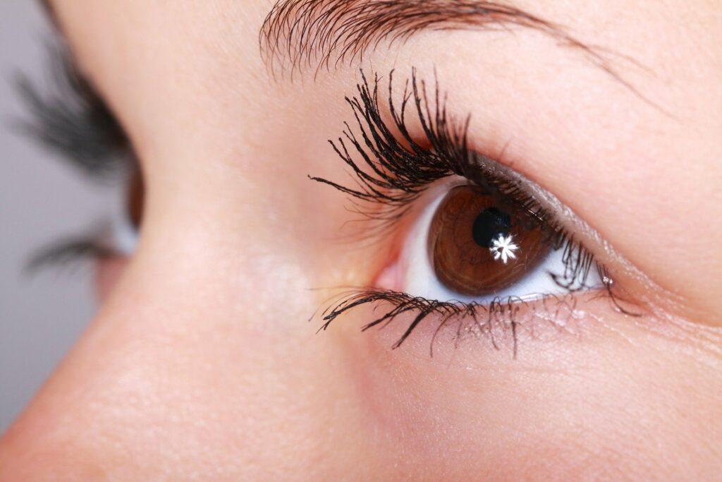 Skąd się biorą drobne krostki pod okiem