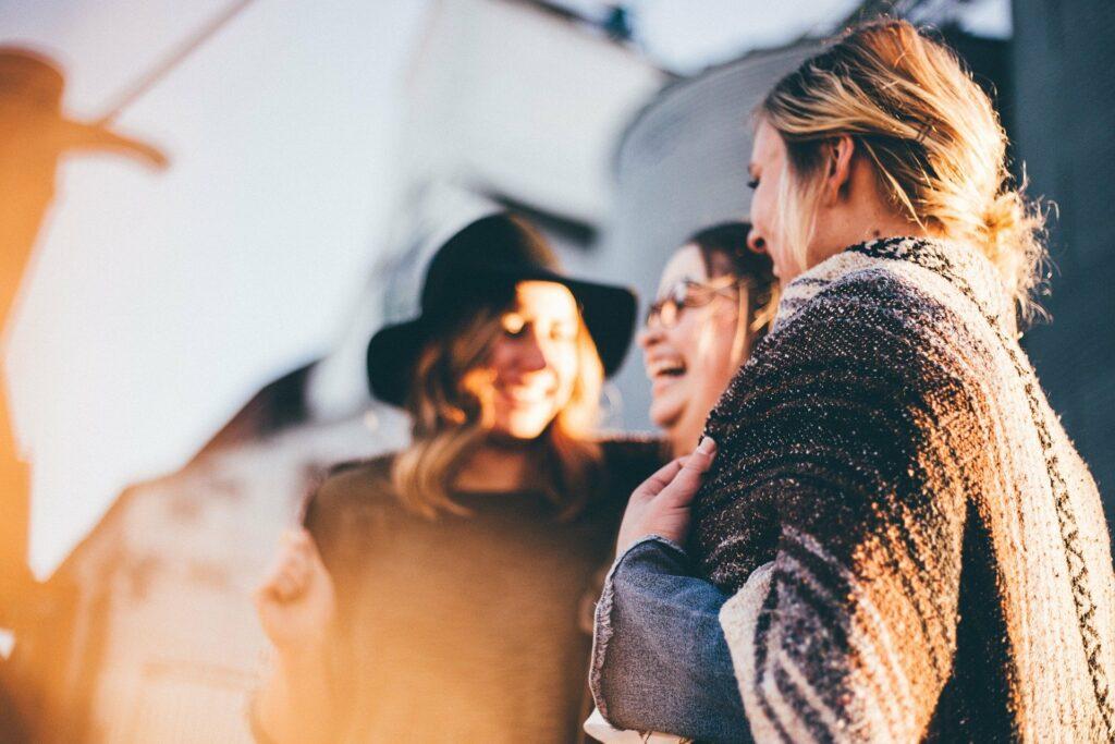 Epidemia koronawirusa – jak bezpiecznie spotykać się z przyjaciółmi