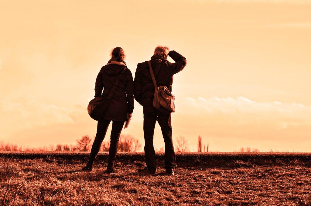 Zapewne nie raz widziałaś pary lub sama byłaś w takim związku, w którym ona goniła faceta, a on przed nią uciekał. Wbrew pozorom to nie jest rzadko spotykana sytuacja. Dlaczego ona go goni, a on ucieka