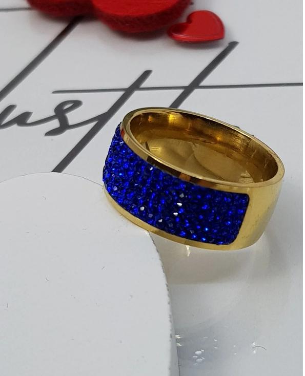 pierścionek z niebieskimi cyrkoniami