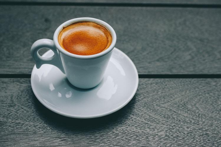 Stoliki balkonowe: na co zwrócić uwagę aranżując miejsce na kawę w otwartej przestrzeni domu?