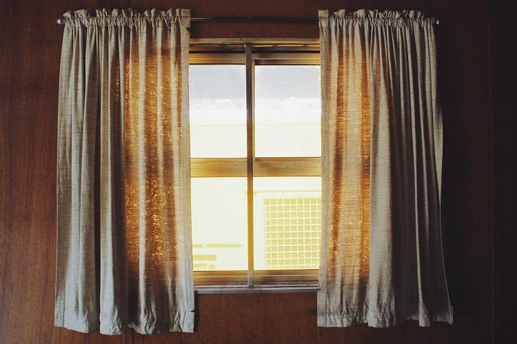 Jak wybrać moskitiery okienne