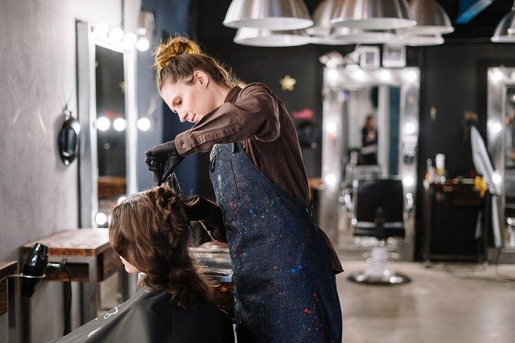 Kiedy warto zrobić sobie przerwę w farbowaniu włosów
